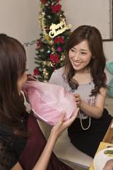 クリスマスプレゼントを交換する女性二人