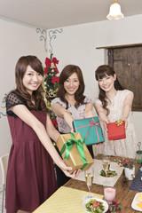クリスマスプレゼントを持つ女性三人