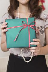 クリスマスプレゼントを持つ女性