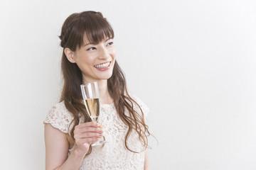 シャンパングラスを持つ女性