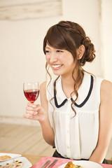 ワイングラスを持つ若い女性