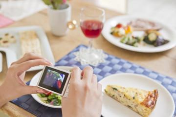 デジタルカメラで料理の写真を撮る