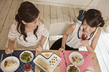 女子会を楽しむ女性二人