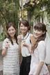 テラスでワイングラスを持つ女性三人