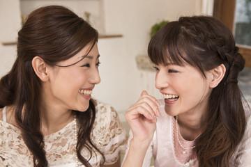 談笑する女性二人
