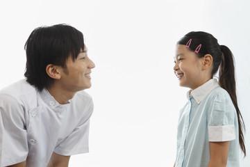 歯科医師と向い合う女の子