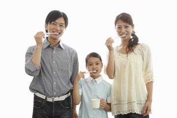 並んで歯をブラッシングする親子