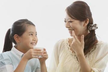 歯を見せ合う母親と女の子