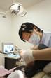 女の子の歯科検診を行う歯科医師