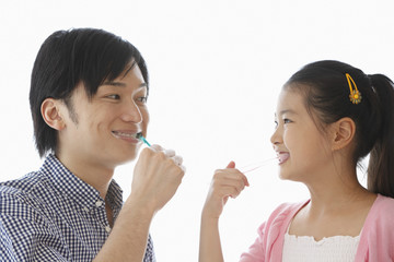歯をブラッシングする父親と女の子