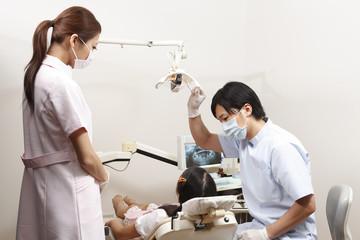 歯科検診を行う歯科医師と歯科助手