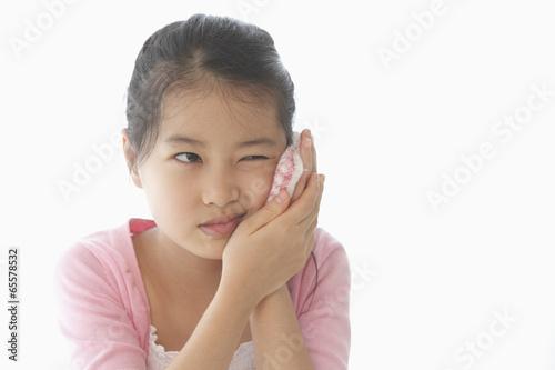 歯痛に顔をゆがめる女の子
