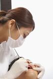 若い男性の歯科検診を行う歯科医師