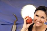 junge Frau mit Apfel - Zahngesundheit