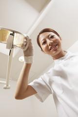ライトを当てる歯科医師