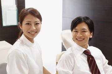笑顔の若い男性と歯科医師