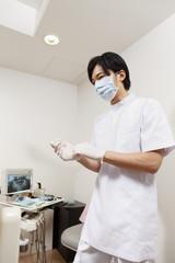 手袋を装着する歯科医師