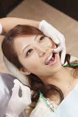 歯科検診を受ける若い女性