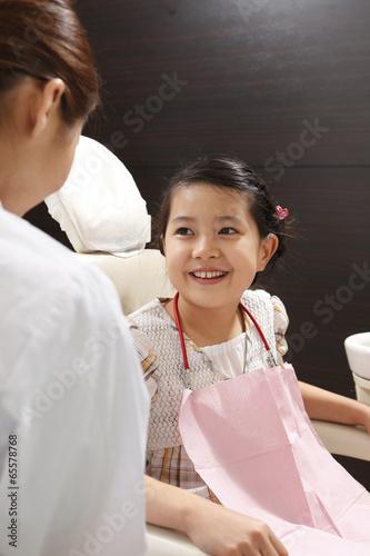 歯科医師に笑顔を見える女の子