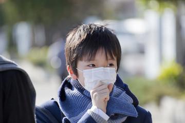 マスクを着けて並ぶ男子中学生