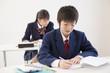 勉強をする学生