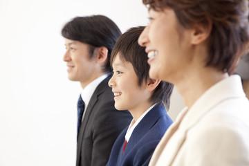 男子中学生と中年男女の横顔