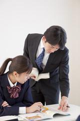 女子高校生と指導をする教師