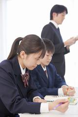 授業を受ける学生と教師