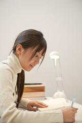 自宅で勉強する女子高校生