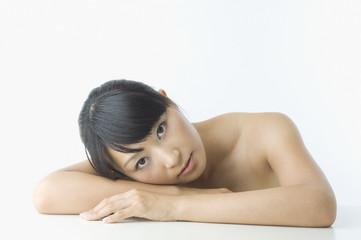 机の上に伏せる日本人女性