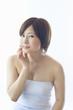 頬に触れる日本人女性