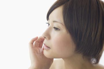 頬に触れる日本人女性の横顔
