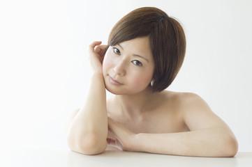 頬杖をつく日本人女性