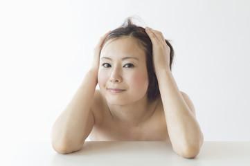 髪をかきあげる日本人女性