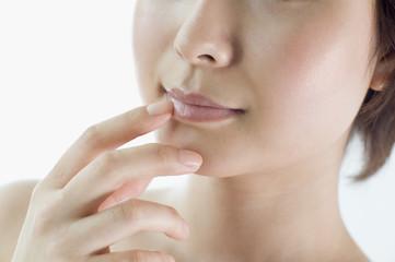 唇に触れる日本人女性の口元