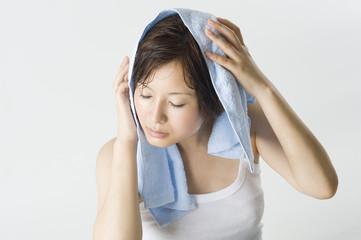 タオルで髪を拭く日本人女性
