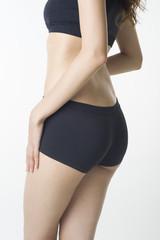 インナーウェア姿で立つ日本人女性