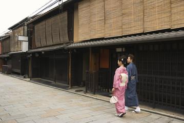 祇園の街を歩く和服姿の男女