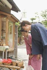 店先の商品を見る和服姿の男女