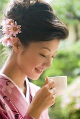 コーヒーを飲む和服姿の女性