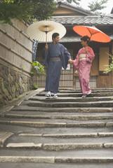 蛇の目傘を差して二年坂を下る和服姿の男女