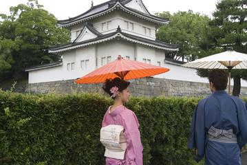 蛇の目傘を差す和服姿の男女