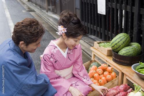 野菜の直売所で商品を見る和服姿の男女
