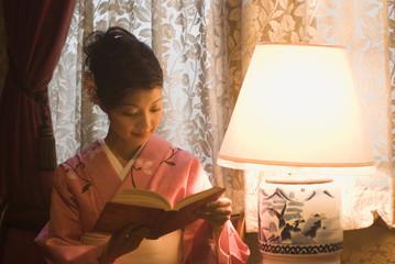 読書をする和服姿の女性