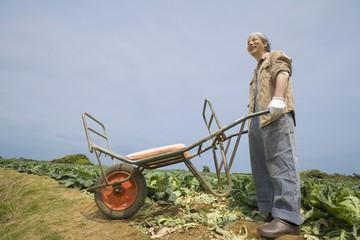 一輪車を持つシニア男性