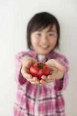 プチトマトを両手に載せた男の子
