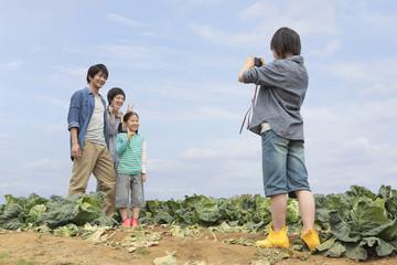 畑で記念撮影する親子4人