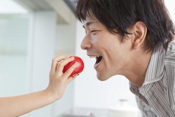 トマトを食べようとする男性の横顔