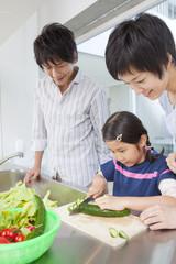 野菜を切る親子3人