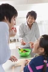 キッチンで談笑する親子3人